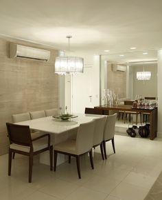 Mirrored wall, small spaces, dining room, sala de jantar pequena, espelho na parede, aparador de madeira, tons neutros
