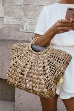 Les paniers, cette tendance qu'on adore. On en parle beaucoup en décoration, mais cet été vous les porterez aussi dans la rue! À la main...