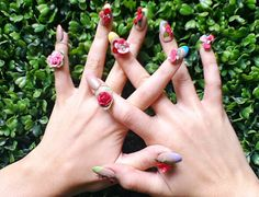 Katy Perry's 3D flower nails... I have no words!!!