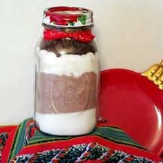 Want to give a homemade gift to your favourite chocolate addict? Try this - it's the dry ingredients for brownies, layered in a one litre jar. You attach the easy directions, and wrap up the jar in a pretty ribbon - and you're sorted! Mélanges Pour Cookies, Mason Jar Mixes, Mason Jars, Brownies In A Jar, Soup Mixes, Meals In A Jar, Jar Gifts, Gift Jars, Unsweetened Cocoa