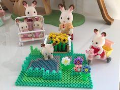 Nous avons la chance dans le Sud de pouvoir encore profiter au mois de septembre de belles journées ensoleillées, c'est le cas aussi pour la famille Lapin Chocolat qui profite de son joli jardin en perles Hama et de son petit champ de tournesols � ��!...