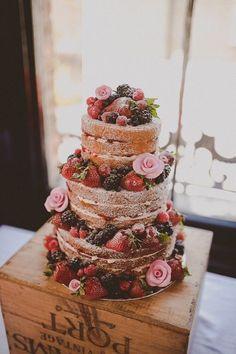 """""""ネイキッドケーキ""""と呼ばれている、側面をクリームでおおわずにスポンジがあらわになったケーキ。 あえての""""キメてない感じ""""がナチュラルテイストの結婚式にピッタリですね◎ たーっぷりのフルーツとピンクのバラがポイントでかわいい♡ 全体にかかっている粉砂糖が全体のカラーを中和させているところがさすがです*"""