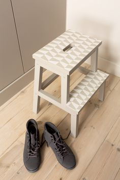 #ikeahack #paint #deverfwinkel #colora #wallpaper Ikea Hack, Entryway Bench, Shoe Rack, Wallpaper, Painting, Furniture, Home Decor, Repurpose, Entry Bench