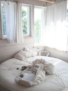 Комната, белый, круглая кровать, окна, белые шторки