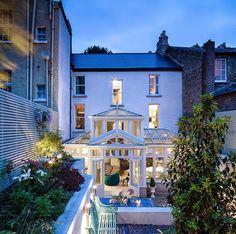Keltainen talo rannalla: Klassista, modernia ja minimalistista
