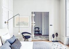 Oggi visitiamo un appartamento in un edificio ottocentesco. Siamo a Lione, in un interno classico ristrutturato da Pierre Emmanuel Martin e Stéphane Garotin