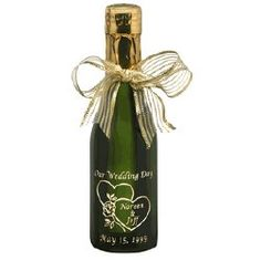Laserkaiverettu pullo on niin kiva, että häiden jälkeen sitä ei raaski laittaa keräykseen, vaan säilyttää koristeena tai vaikkapa vesikannupullona. Värillisessä lasissa laserkaiverrus näkyy yleensä harmahtavana, jonka alta kuultaa lasin väri.