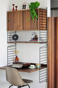 The String shelving system makes for a neat office nook - Modern Findings Will likely order new to fit my space - home office upgrade is required! Bureau Design, Earth Tone Bedroom, String Shelf, Office Nook, Bedroom Retreat, Deco Design, Home And Living, Living Room, Mid-century Modern