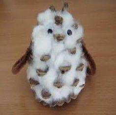 petite chouette en pomme de pin avec du coton, des yeux mobiles et des chenilles ou des plumes.