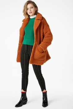 This big, fluffy coat is ready for u to come in for a cuddle. Snap fastening in front and at the wrists, big front pockets, plus a hidden button near the f