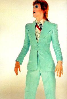 Wassup Man: Style Icon: David Bowie KIN 55: ÁGUILA ELÉCTRICA AZUL Yo activo con el fin de crear Vinculando la mente Sello la salida de la visión Con el tono eléctrico del servicio Me gula el poder de la auto-generación Soy un Kin polar. Establezco el espectro galáctico azul.