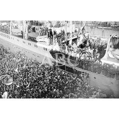 """EL """"SEMIRAMIS"""" HACE SU ENTRADA EN EL PUERTO BARCELONÉS ENTRE BARCOS EMPAVESADOS EN SEÑAL DE JÚBILO POR EL FELIZ RETORNO. UNA ENORME MUCHEDUMBRE SE REUNIÓ EN EL MUELLE PARA ESPERARLES Y DARLES LA BIENVENIDA CLAMOROSAMENTE.02/04/1954: Descarga y compra fotografías históricas en   abcfoto.abc.es"""