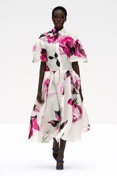 Carolina Herrera Spring 2020 Ready-to-Wear Fashion Show - Vogue Source by smurchi outfits 2020 Fashion Moda, Fashion Week, Love Fashion, Fashion Design, Carolina Herrera, 2020 Fashion Trends, Fashion 2020, Fashion Brands, Fashion Show Collection