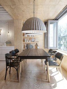 salle à manger revêtue en bois avec chaises dépareillées