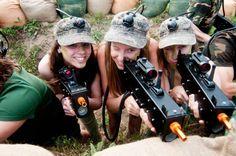 Aventura, estratègia i diversió assegurada amb el Làser Combat! Pistoles que disparen raig infrarojos, detectats per sensors, que fan de l'activitat un joc sense impactes