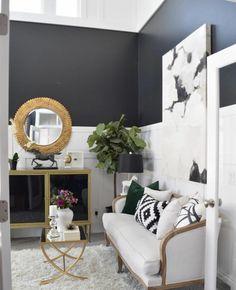 blanco-y-negro-que-colores-se-llevan-para-pintar-un-salon-sala-de-etsar-pequeña-moderna-espejo-marco-dorado-paredes-dos-colores-planta-verde
