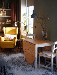 Salón con butaca y comedor con mesa plegable