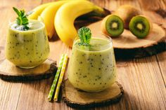 There are many healthy smoothie recipes for weight loss. Here you can find weight loss smoothies recipes. Here smoothie ideas to lose weight Breakfast Smoothie Recipes, Weight Loss Smoothie Recipes, Fruit Smoothie Recipes, Weight Loss Snacks, Smoothies Kiwi, Smoothie Banane Kiwi, Healthy Green Smoothies, Healthy Yogurt, Healthy Fruits
