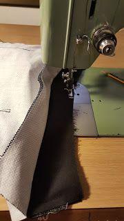 Las cosas de Mari: Tutoríal de riñonera Alice In Wonderland, Sewing, Couture, Bags, Craft Ideas, Scrappy Quilts, Ties, Dress, Coin Purse Tutorial