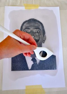 """Hier zeige ich euch eine sehr einfache Drucktechnik ohne viele Hilfsmittel, die sich durch ihre Unkompliziertheit und durch die unschädlichen """"Zutaten"""" auch für das Arbeiten mit Kindern eignet. Mit Lavendeldruck lassen sich auf Papier kopierte Motive auf unterschiedliche Trägermaterialien übertragen … mehr"""