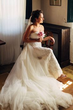 A lovely pre-wedding day photo of the bride in a La Sposa wedding dress! Photo: Photo: Joel Bedford Weddings