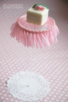 pastry pedestal with pink trim how to