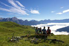 De Oostenrijkse #Alpen lenen zich uitstekend voor prachtige fietstochten! #reizen #travel #travelbird #Oostenrijk #meer #bergen #natuur #boot #landschap
