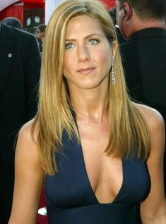 Similar yet different shot of The Gorgeous Jennifer Aniston and her lovely breasts Jennifer Aniston Hair Color, Jennifer Aniston Pictures, Alexandra Daddario Images, Jeniffer Aniston, Actrices Hollywood, Beautiful Women Pictures, Jennifer Lopez, Guys, Celebrities