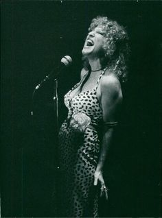 Vintage photo of Bette Midler performs on stage. Phyllis Diller, Bette Midler, Lady M, Celebs, Celebrities, Celebrity Crush, Concerts, Macaroni, Vintage Photos