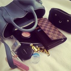 . What In My Bag, What's In Your Bag, Purse Wallet, Pouch, Inside My Bag, What's In My Purse, Girls Bags, Cute Bags, Beautiful Bags