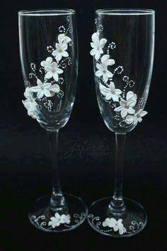 Bride And Groom Glasses, Wedding Wine Glasses, Wedding Champagne Flutes, Champagne Glasses, Decorated Wine Glasses, Painted Wine Glasses, Wine Glass Crafts, Bottle Crafts, Glitter Glasses