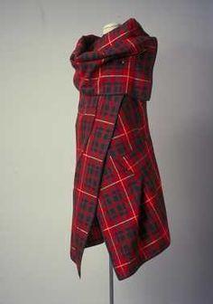 14-11-11  CMU  Kledingset, bestaande uit top/omslagdoek en korte broek (1999 – 2000 – herfst/winter)  Rei Kawakubo (ontwerper), Comme des Garçons. Wol.