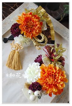 Pretty fan with flowers. Home Flowers, Paper Flowers, Flowers Garden, Japanese Wedding, Japanese Style, Modern Flower Arrangements, How To Preserve Flowers, Chinese New Year, Store Design