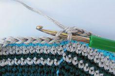 Taschen Crochetalong Sand und Meer Teil 1 Die Taschenwand schoenstricken.de Crochet Blocks, Tapestry Crochet, Clothes Hanger, Diy Crafts, Knitting, Points, Crotchet, Circles, Weaving