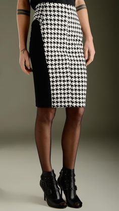 Houndstooth print high-waisted pencil skirt featuring back full zip fastening, contrast black side detailing band, slim fit, 95% polyester 5% spandex.