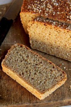 Receita de Pão de Quinoa e Aveia feito à mão sem precisar sovar. Fica saboroso, é nutritivo e perfeito para Reeducação Alimentar. É sem glúten, sem leite e sem ovo.