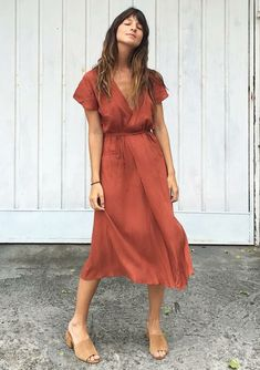 Musa do estilo: Larissa Busch. Vestido envelope vermelho, mule nude