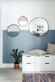 Jeg tror, det eneste nye møbel, vi har købt, er vores spisebord Make a great station for putting on clothes by adding a small desk og drawers in your hallway. The half painted walls give the space a great. graphic look. Half Painted Walls, Half Walls, Two Tone Walls, Bedroom Wall, Bedroom Decor, Wall Decor, Bedroom Modern, Design Bedroom, Girls Bedroom