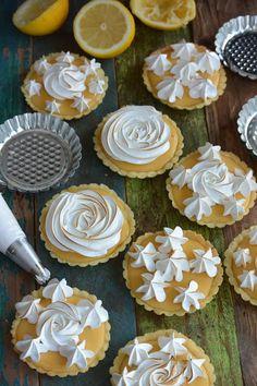Celebration Treats 4U: Sitruunatartaletit sveitsiläisellä marengilla. Näiden sitruunatartalettien täyte on tosi helppo ja nopea tehdä. Marenki täydentää juuri sopivasti kirpakan sitruunaista täytettä. Treats, Baking, Desserts, Food, Sweet Like Candy, Tailgate Desserts, Goodies, Deserts, Bakken