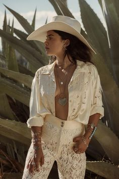 11 Ways to Do the Western Trend for Spring (Without Looking Like You're in a Cowgirl Costume) Boho Chic, Bohemian Style, Bohemian Fashion, Western Outfits, Western Wear, Costumes For Women, Teen Costumes, Woman Costumes, Pirate Costumes