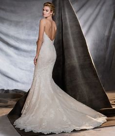 Style ORINGO 2017 PRONOVIAS Inspiring mermaid wedding dress, fitted to the hips, with a strapless neckline. Skilled artisans have created this dress in tulle, lace and guipure, a magnificently feminine, romantic style.