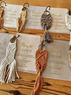 Rustic Autumn macrame keyring wedding favours for the boho wedding. Macrame Art, Macrame Projects, Macrame Knots, Little Presents, Boho Wedding, Autumn Wedding, Rustic Wedding, Table Wedding, Wedding Ring