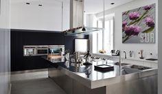 Abitazione privata, Casa bianca&nera, cucina in acciaio con isola centrale  Progetto Arch.Luca Braguglia Photo Adriano Brusaferri