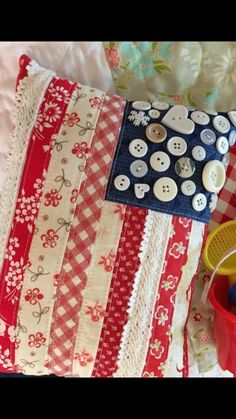 Patriotic pillow fabric strips buttons - I would use star-shaped buttons. Americana Crafts, Patriotic Crafts, July Crafts, Sewing Pillows, Pillow Fabric, Cushion Fabric, Quilted Pillow, Fourth Of July Decor, 4th Of July Decorations