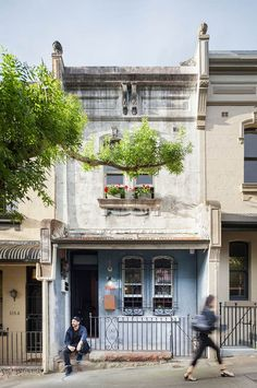 This typical narrow inner-city terrace in Sydney maintains its heritage facade, renovated in a strict post-modern interior style by Breathe Architecture. Architecture Awards, Architecture Photo, Amazing Architecture, Residential Architecture, Australian Architecture, Architecture Office, Breathe, Sydney, Surry Hills