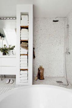 salle de bain avec mosaique blanc, salle de bain rétro, ancienne, de style rustique