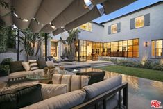 Justin Bieber and Hailey Baldwin's brand new Beverly Hills Home is the stuff of real estate dreams. Brimming with California cool, the property features. Hailey Baldwin, Deco Design, Design Moderne, Justin Bieber House, Beverly Hills Mansion, Hollywood Hills Homes, Terrasse Design, Front Courtyard, Colonial Style Homes