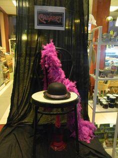 Escaparate de Carnaval. Homenaje al Cabaret. Sencillo, ligero, elegante. Tahona Artesanal Gourmet Bilbao.