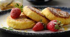 Kesoplättar – är du sugen på något gott är kesoplättar perfekt att röra ihop och steka. Fyllda med protein och förvånansvärt nyttiga. Servera direkt från stekpannan för att få den bästa smaken och ha mosade färska bär eller stekta äpplen eller bananer som tillbehör. Ingredienser: 2 portioner 250 g keso 2 ägg 1 msk fiberhusk, eller 2 msk dinkelmjöl 0.5 krm salt 0.5 krm vaniljpulver olja, till stekning Gör så här: Häll keson i en skål och blanda ner ett ägg i taget. Rör i fiberhusk/dinkelmjöl… Easy Snacks, Healthy Snacks, Healthy Crockpot Recipes, Cooking Recipes, Shrimp Recipes For Dinner, Low Carb Protein, Breakfast Snacks, Foods With Gluten, Dessert Drinks