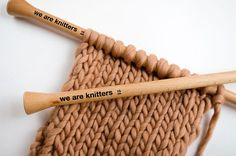 We propose some different methods to prevent the edges of your knit scarf from curling, and none of them are complicated. 4 ways to prevent the edges of your knit scarf from curling Knitting Help, Knitting Stiches, Knitting Patterns, Crochet Patterns, Easy Knitting, Knit Edge, How To Purl Knit, Knitting Projects, Stitch